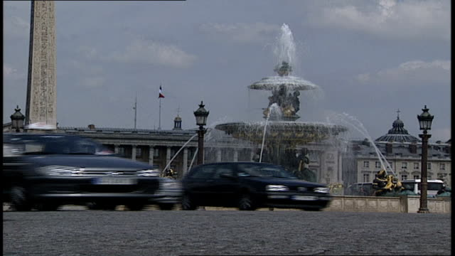 traffic in place de la concorde paris france - anno 2002 video stock e b–roll