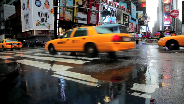 ws traffic in rain in times square / new york, city, new york state, usa - yellow taxi stock-videos und b-roll-filmmaterial
