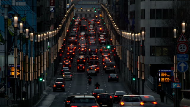 stockvideo's en b-roll-footage met zi t/l traffic in rue de la loi at dusk - stadsweg