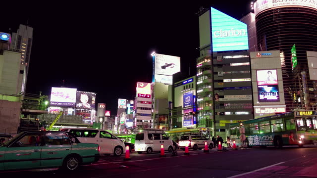 traffic in shibuya at night,tokyo,japan - 商業地域点の映像素材/bロール
