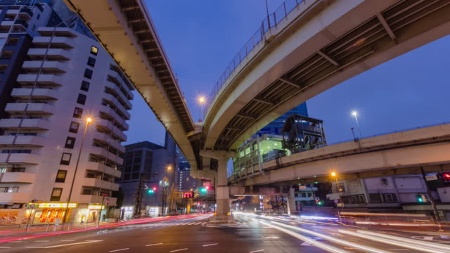 t/l, traffic in shinjuku. - 主要道路点の映像素材/bロール