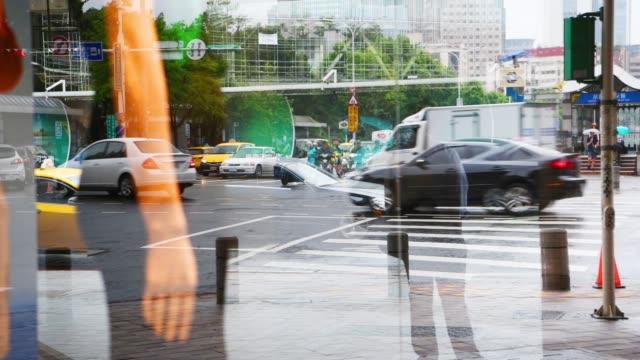 verkehr in taipeh, stark regnerischen verkehr. reflexion im schaufenster - spiegelung stock-videos und b-roll-filmmaterial
