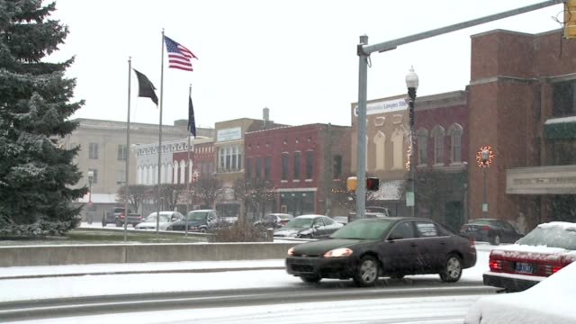 traffic in the snow on december 03 2010 in indianapolis indiana - fanghiglia video stock e b–roll
