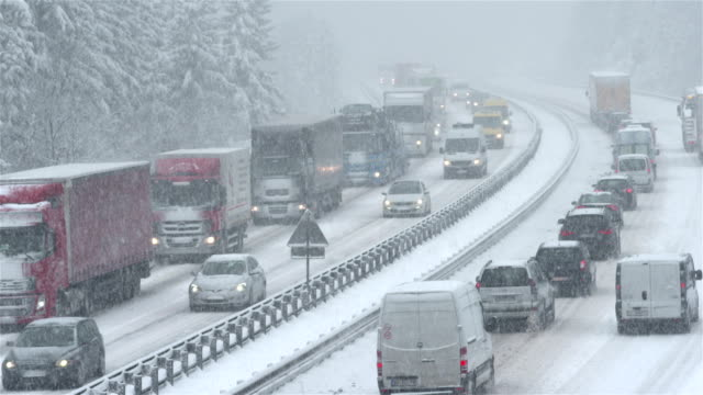 traffico nella tempesta di neve - neve video stock e b–roll