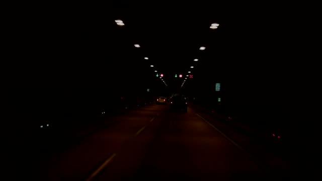 Verkehr in den tunnel (dunkel