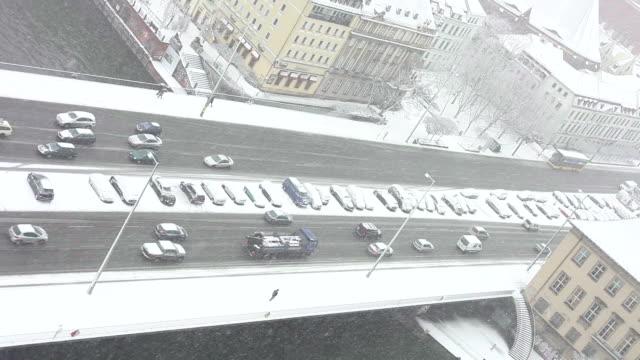 vidéos et rushes de feu en hiver - véhicule utilitaire léger