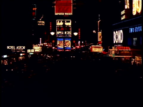 1940 ws traffic in times square at night / new york city, new york, usa - 1940~1949年点の映像素材/bロール