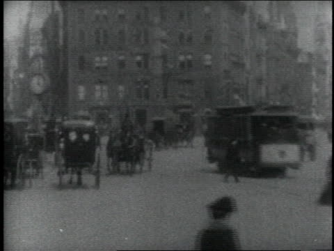 1904 ws traffic, including pedestrians, horse-drawn carriages, and trolleys / new york city, new york, united states - kutsche stock-videos und b-roll-filmmaterial