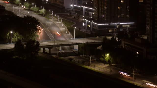 traffic intersection at night at mirae scientists street in pyongyang, north korea, dprk. - 見渡す点の映像素材/bロール