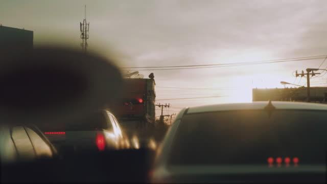 stau in bangkok city in abend und sonnenlicht. thailand. - langsam stock-videos und b-roll-filmmaterial