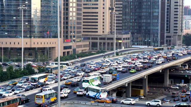 vidéos et rushes de traffic jam at downtown of beijing,china. - pékin