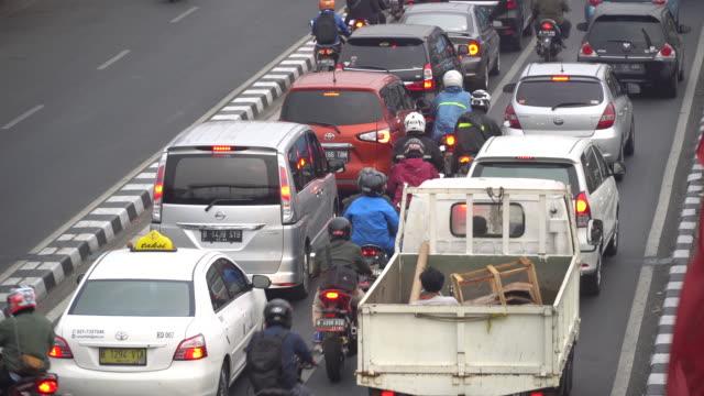 vídeos y material grabado en eventos de stock de traffic jam at jakarta indonesia - yakarta