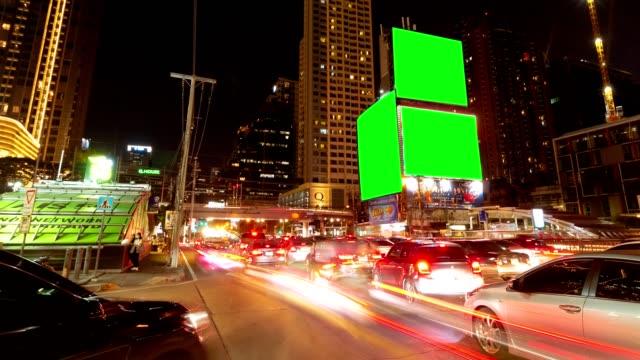 ラッシュアワーのフェットプララムロードの夜の交通渋滞は、人々が鉄道バンコク、タイを横切る交差点で作業時間を終了します。 - traffic jam点の映像素材/bロール