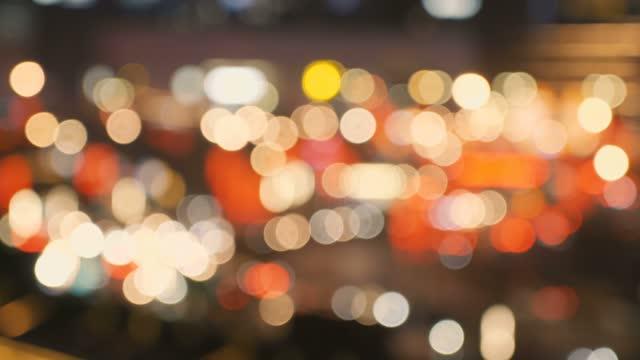 stockvideo's en b-roll-footage met file 's nachts met gedefocusseerde lichtmodus - binnenstad