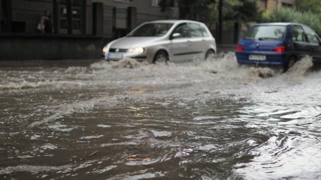 大雨後の洪水時の交通渋滞 - 洪水点の映像素材/bロール