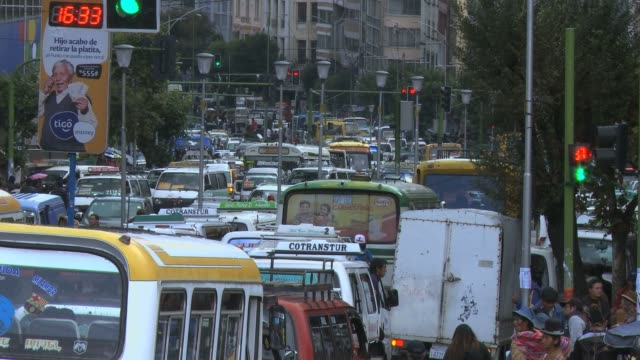 traffic jam in downtown la paz with buses and cars - traffic jam点の映像素材/bロール