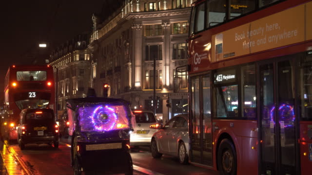 traffic jam in london regent street at night - ペディキャブ点の映像素材/bロール