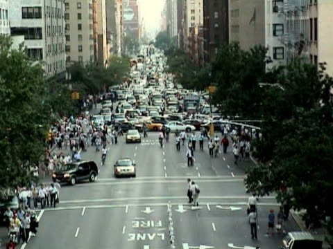 traffic jam in street during citywide blackout on august 14 2003 / new york new york usa / audio - 2003年点の映像素材/bロール