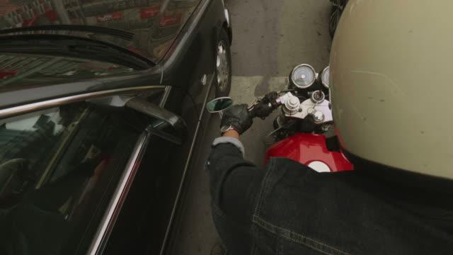 vídeos de stock, filmes e b-roll de engarrafamento na cidade - motocicleta