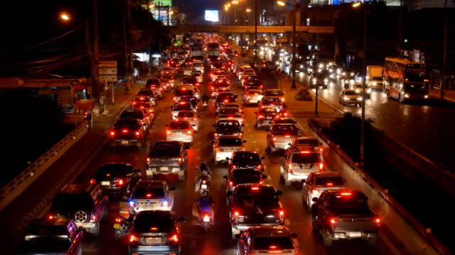 vídeos de stock, filmes e b-roll de tailândia de noite de atolamento de tráfego - engarrafamento