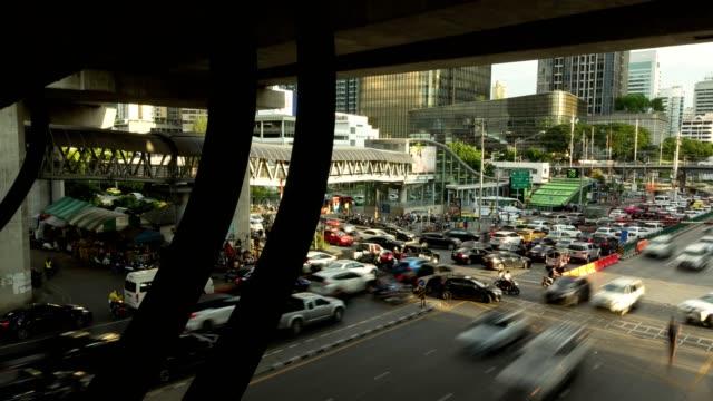 鉄道を横断する交差点でのフェットプララム道路の交通渋滞。 - traffic jam点の映像素材/bロール