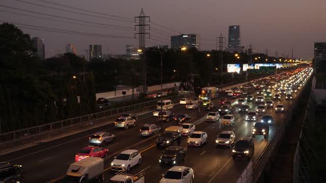 vídeos de stock e filmes b-roll de traffic jam on an expressway in the night time, bangkok, thailand - bangkok
