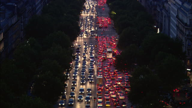 ws, ha, traffic jam on champs-elysees at dusk, paris, france - ingorgo stradale video stock e b–roll