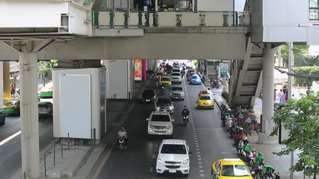 スクンビット道路の夕方バンコク、タイの交通渋滞。 - traffic jam点の映像素材/bロール