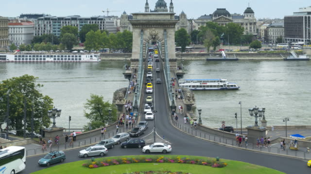 tl: traffic jam on szechenyi chain bridge and st stephen's basilica in budapest, hungary in weekend - chain bridge suspension bridge stock videos & royalty-free footage