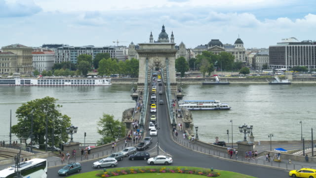 tl: stau auf szechenyi-kettenbrücke und stephansdom in budapest, ungarn am wochenende - chain bridge suspension bridge stock-videos und b-roll-filmmaterial