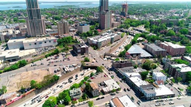 ingorgo sulla highway 95. la vista aerea dei grattacieli nel centro di new rochelle, contea di westchester, stato di new york - new york stato video stock e b–roll