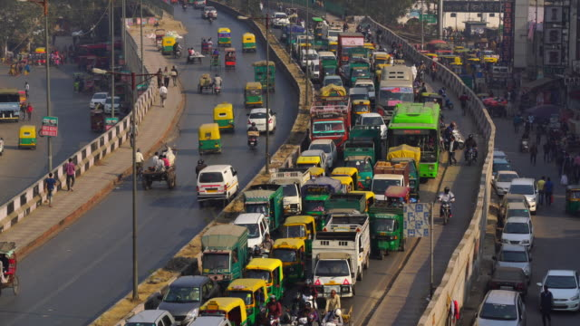 traffic jam on the polluted streets of new delhi in india - risciò video stock e b–roll
