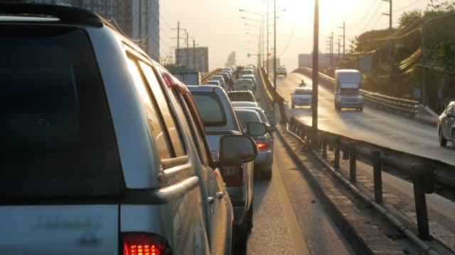 vidéos et rushes de heure de pointe de confiture de trafic à bangkok thaïlande le matin - être à l'arrêt