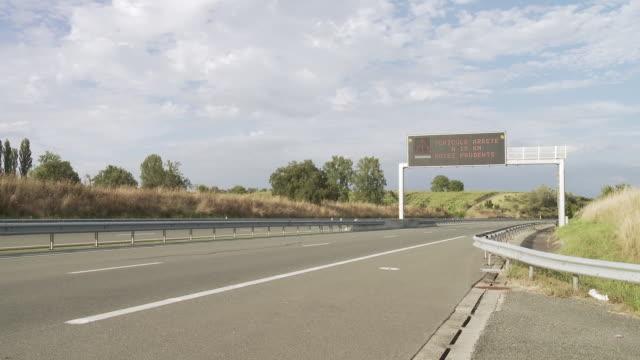 vidéos et rushes de ms traffic jam warning sign on highway in rural area / lit-et-mixe, aquitaine,  france - aquitaine