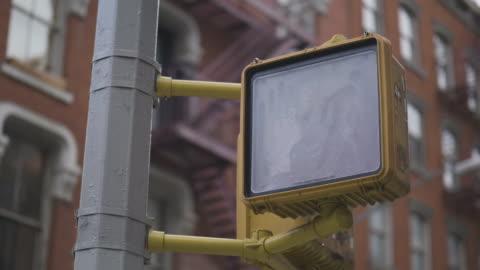 vídeos y material grabado en eventos de stock de semáforo en intersección en estados unidos - señal de circulación
