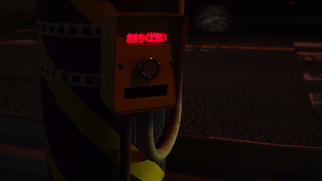 pulsante semaforico all'attraversamento pedonale. - segnale per macchine e pedoni video stock e b–roll