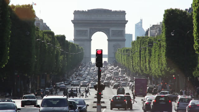 a traffic light changes colors at an intersection near the arc de triomphe in paris, france. - 凱旋門点の映像素材/bロール