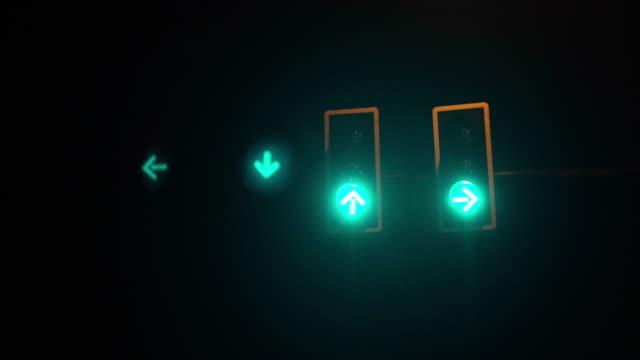夜に変わる信号機 - 方向標識点の映像素材/bロール