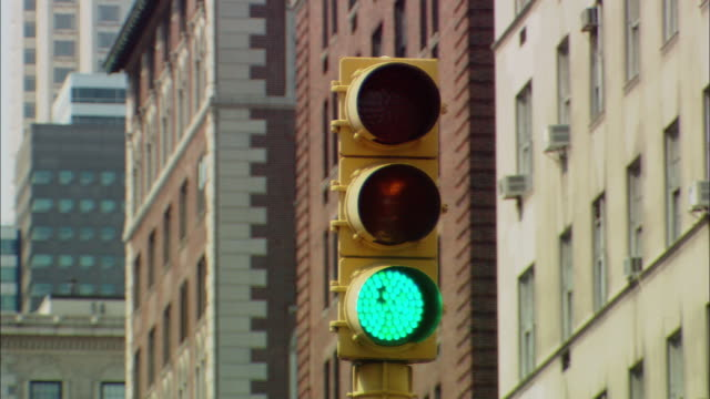 CU Traffic light changing from green to yellow to red / Manhattan, New York, USA