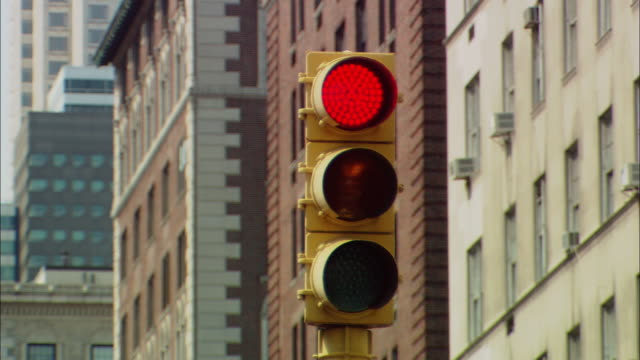 CU Traffic light changing from red to green / Manhattan, New York, USA