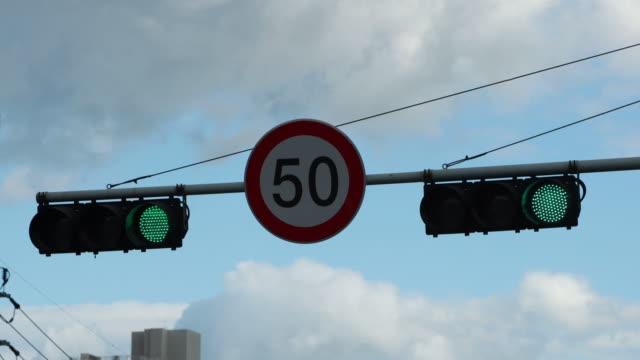 vídeos y material grabado en eventos de stock de traffic light changing from red to green, seoul, south korea - señal de circulación