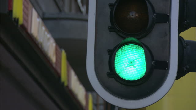 TU Traffic light goes from green to yellow to red