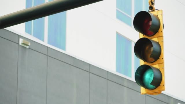 ampel in einer amerikanischen stadtstraße - ampel stock-videos und b-roll-filmmaterial