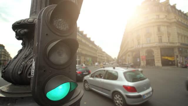 vidéos et rushes de feu de circulation à paris, time lapse - circulation routière