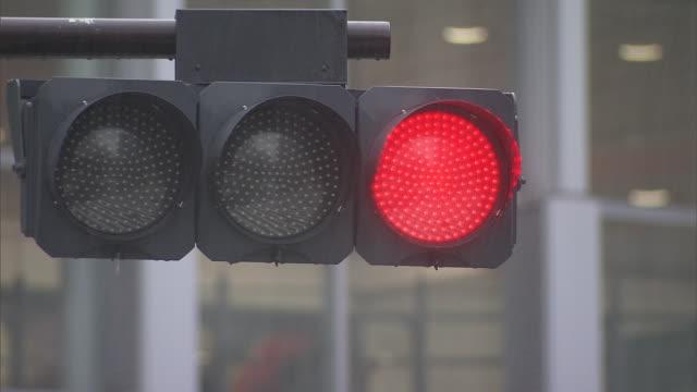 vídeos y material grabado en eventos de stock de traffic light in rain, shibuya, tokyo, japan - luz verde semáforo