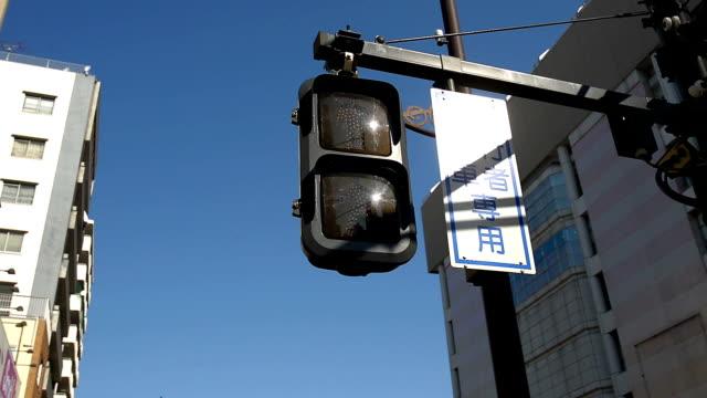 ampel in die stadt - verkehrs leuchtsignal stock-videos und b-roll-filmmaterial