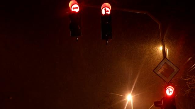 vídeos de stock e filmes b-roll de traffic light signalization at snowy night - regras