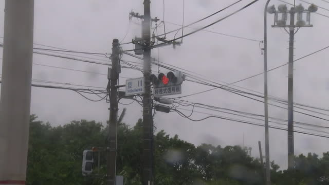 traffic light swayed in typhoon, okinawa, japan - verkehrs leuchtsignal stock-videos und b-roll-filmmaterial