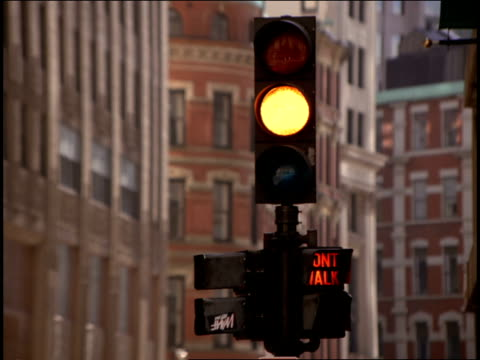 A traffic light turns from yellow to red.
