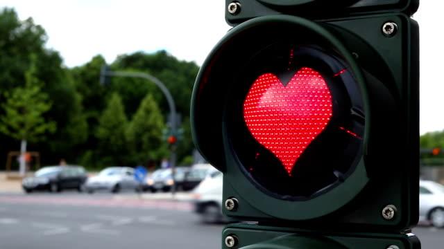 vídeos de stock e filmes b-roll de luz de tráfego com coração vermelho em forma de lâmpada - berlim